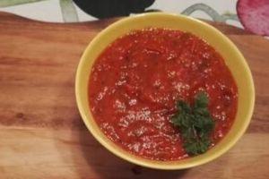 Yrttinen tomaattikastike